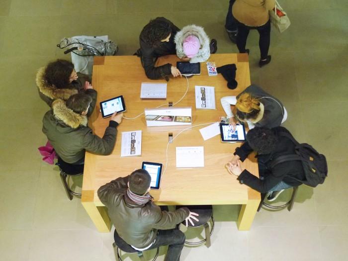 小さなテーブルに利用者が集まる
